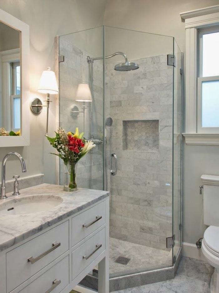 decoración baños, baño de mármol, tonos claros, ducha pequeña, decoración flores