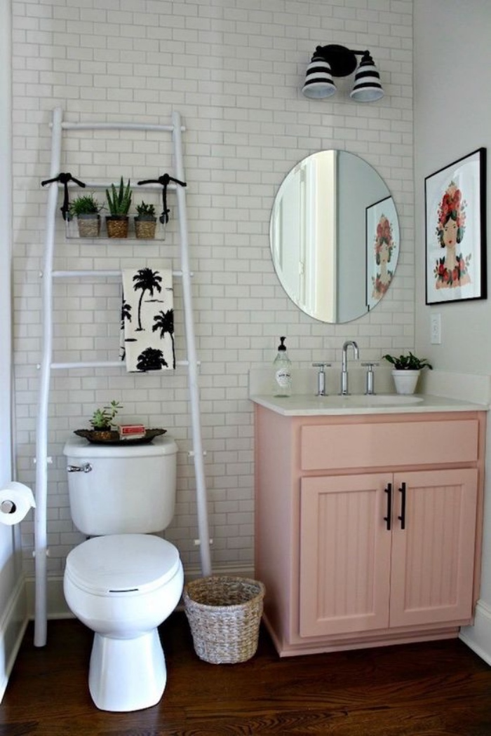 decoración baños, cuarto de baño pequeño, mueble de madera color rosa, espejo pequeño