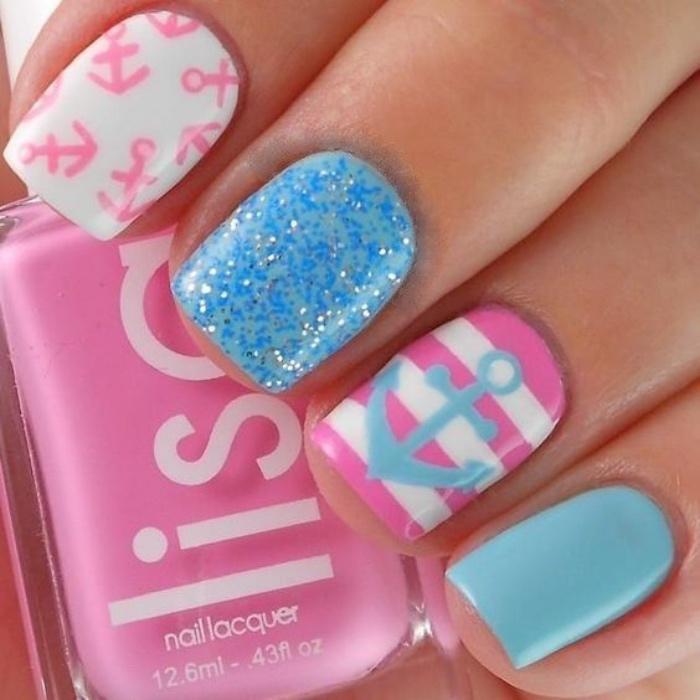 decoración uñas bonitas, tonos pasteles, divertidos, dibujos de anclas, color rosa, azul,brocado