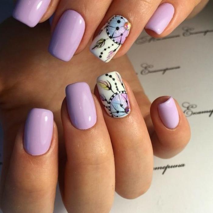 decoración uñas, bonitas uñas color violeta con dibujos espléndidos de atrapasueños