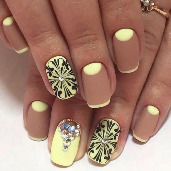 decoración uñas, diseño interesante, color amarillo y marrón, decoración en negro