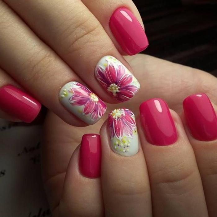 decoración uñas, uñas espléndidas en ciclamen, dibujos de flores bonitos en los dedos anulares