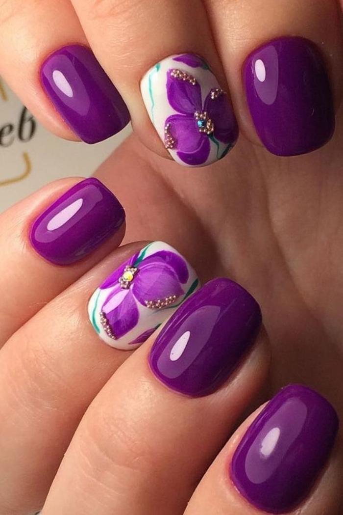 decoración uñas, color violeta, uñas cortas, elegantes, espléndidas flores en violeta