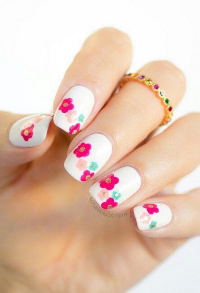 diseño de uñas interesante, color blanco con dibujos de flores, rosa, verse, elegantes, bonitos