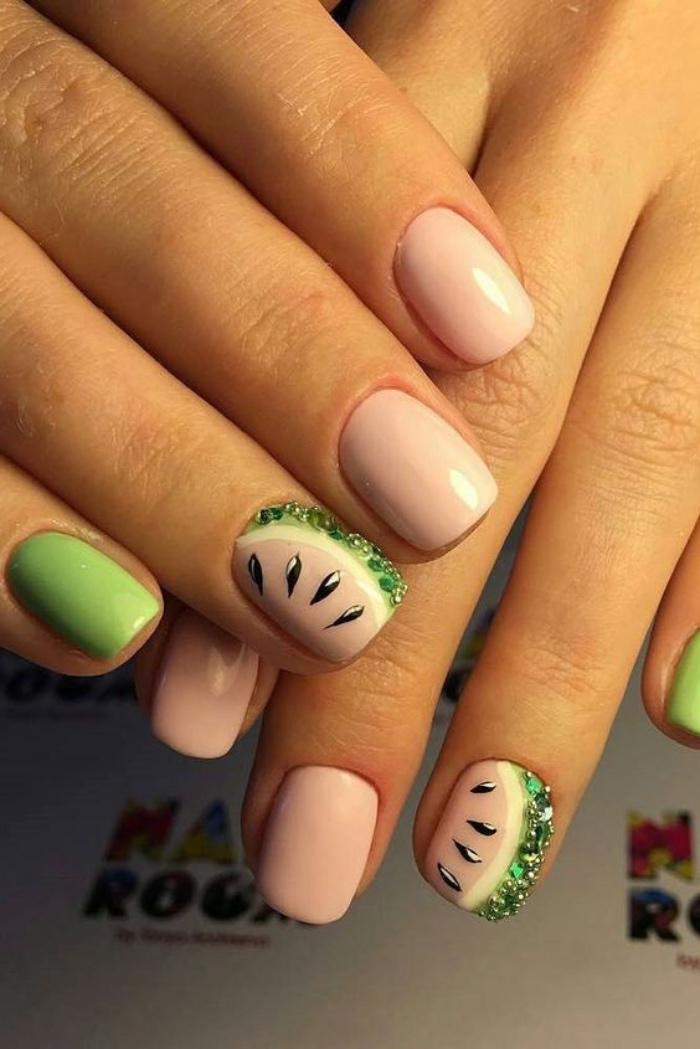 diseño de uñas cortas, color rosa claro, dibujos de melón, tono verde, interesantes