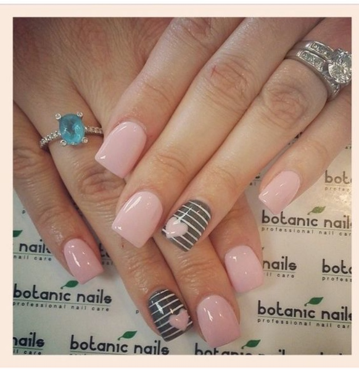 diseño de uñas, tonos pasteles, rosa, gris con rayas rosas, corazón rosa, anillo espléndido