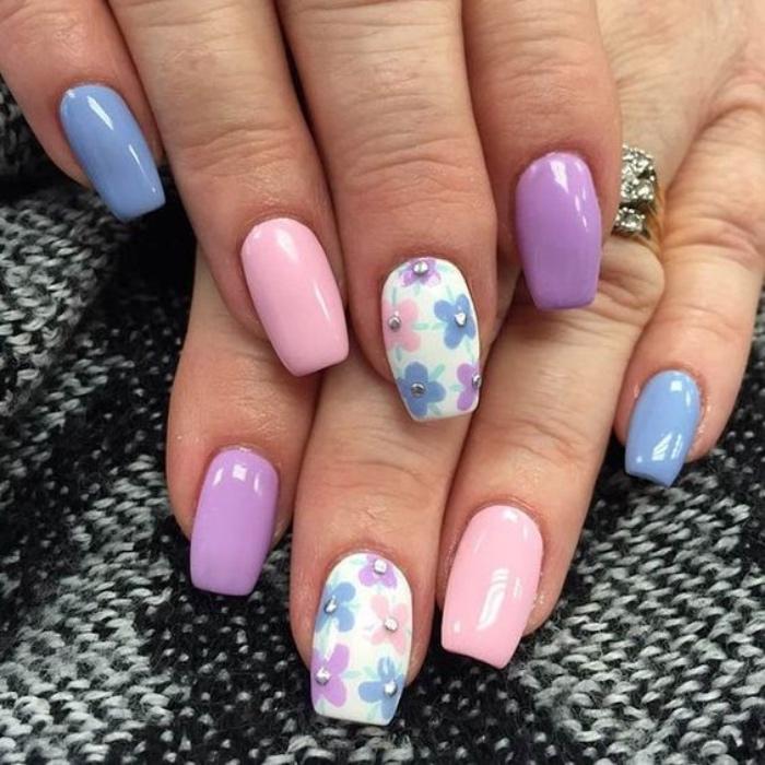 diseño de uñas, rosa, violeta, azul, diferentes colores, dibujos de flores pequeños, uñas bonitas