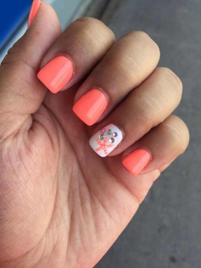 diseño de uñas, colores llamativos, estrella de mar, uñas cortas, estilo veraniego