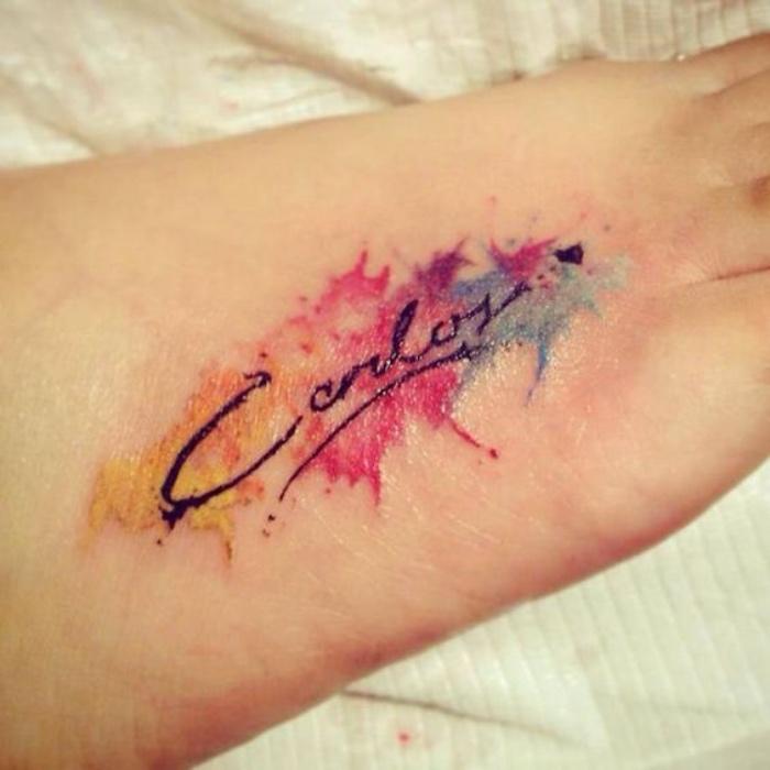 letras de tatuajes, tatuaje en la mano bonito, interesante, aquarela, colores vivos, nombre importante