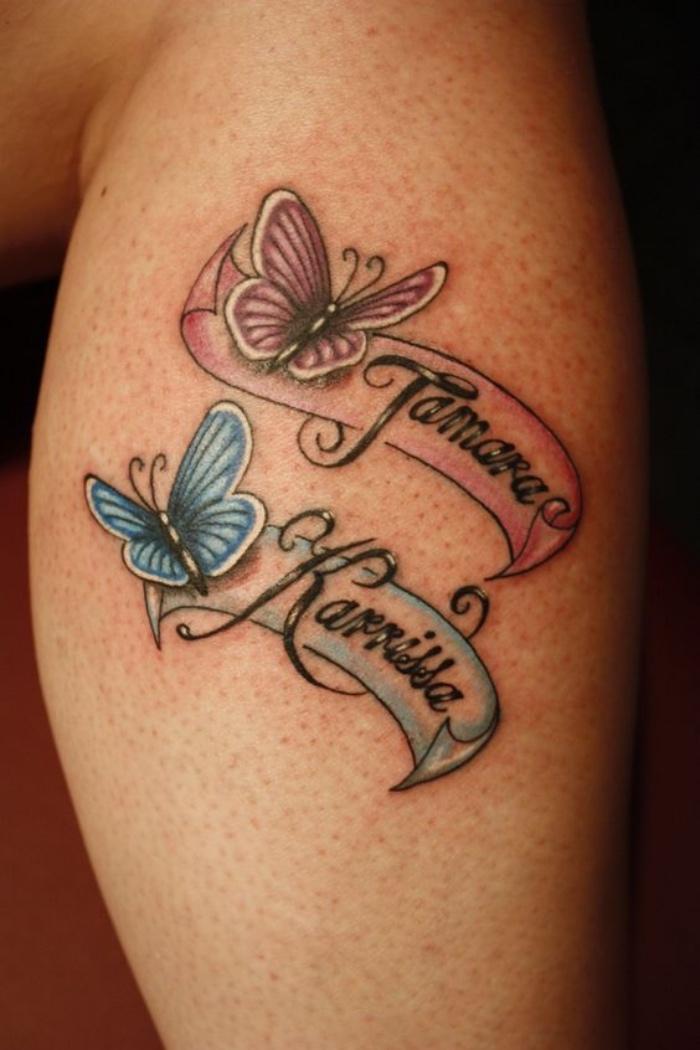 letras tatuajes, dos nombres de hijas con dos mariposas en diferentes colores