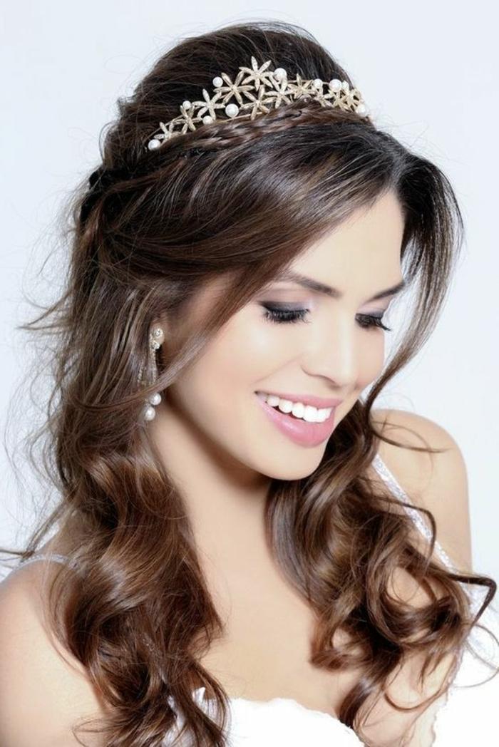 moños-bajos-boda-pelo-castaño-largo-rizado-tiara-interesante-con-perlas