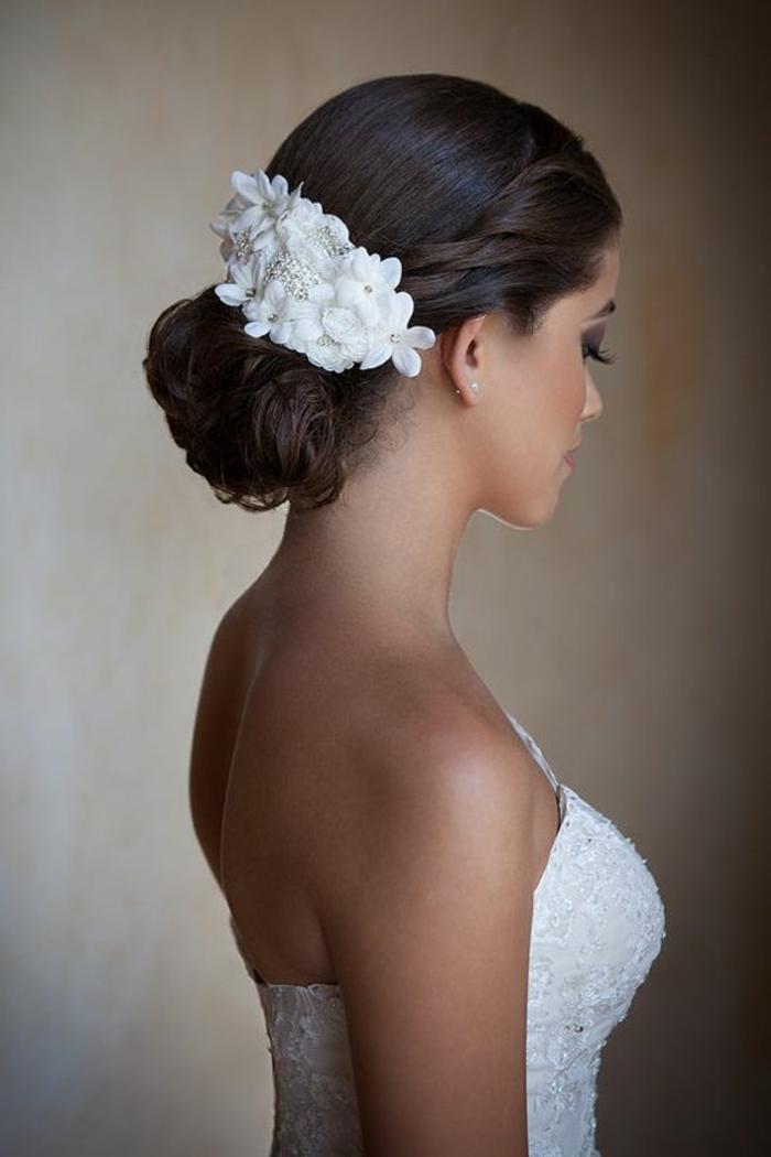 moños-bajos-novia-hermosa-pelo-castaño-recogido-en-moño-accesorio-de-pelo