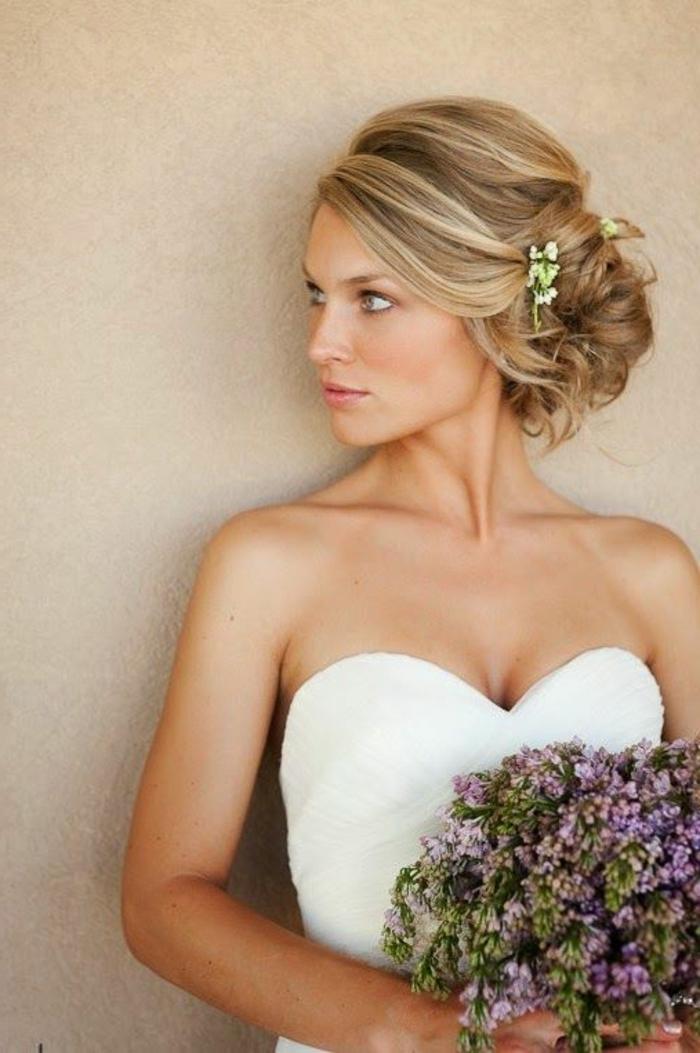 moños-bajos-novia-hermosa-pelo-rubio-flores-pelo-recogido