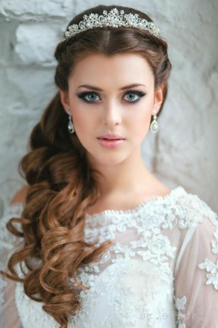moños-bajos-pelo-largo-rizado-castaño-tiara-de-perlas-novia-hermosa-maquillaje