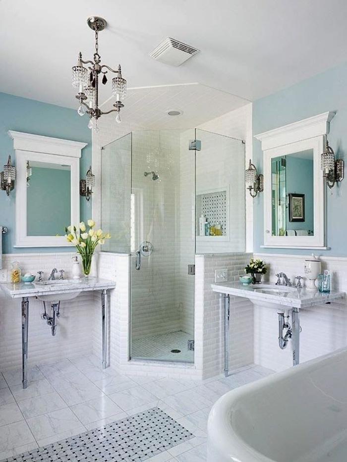 muebles de baño modernos, tonos claros, azul, blanco, estilo modernista, decoración con flores