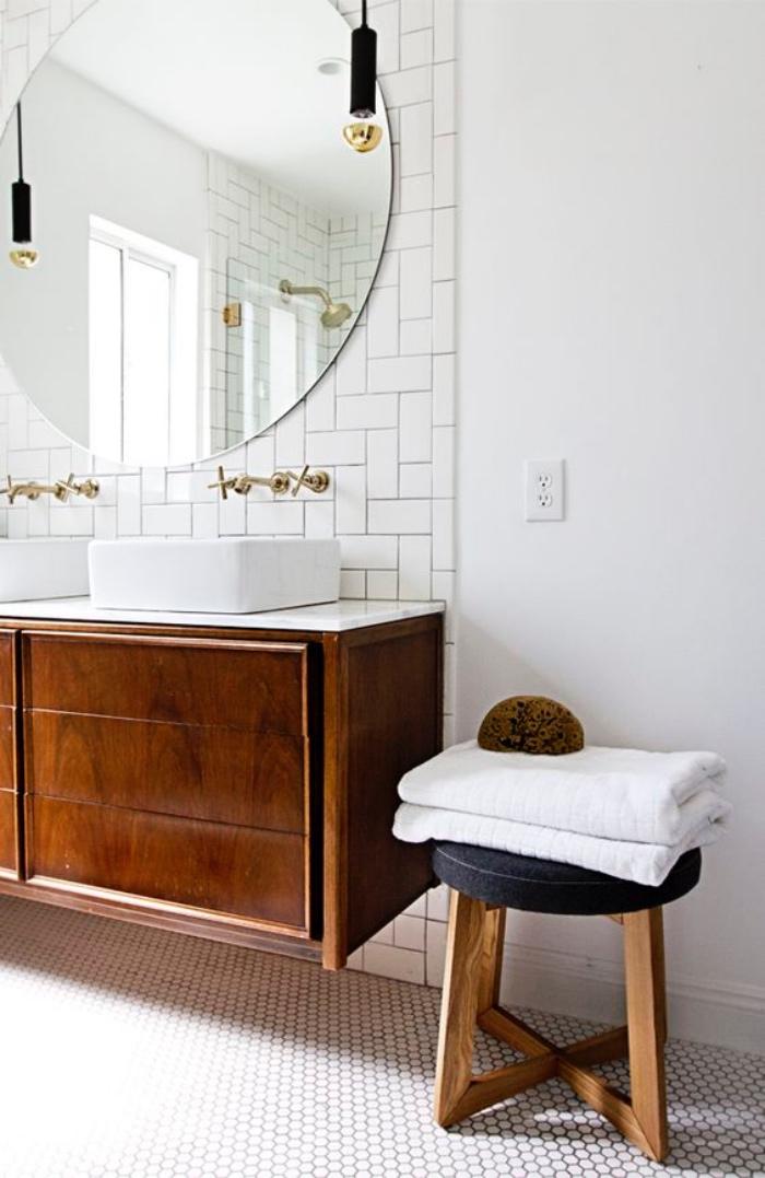 muebles de baño modernos de madera, espejo redondo, tonos claros, dos fregaderos