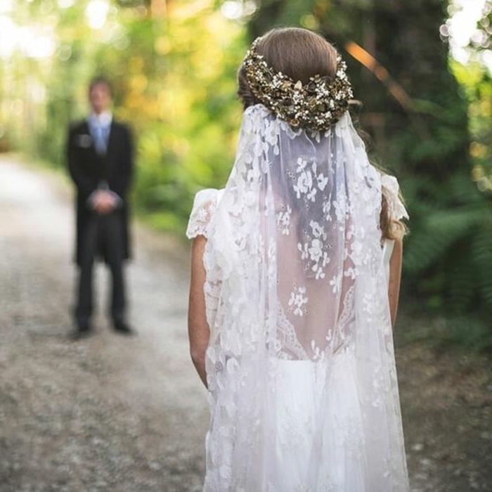 peinado-boda-pelo-largo-medio-recogido-accesorio-de-pelo-novia-bonita-en-blanco