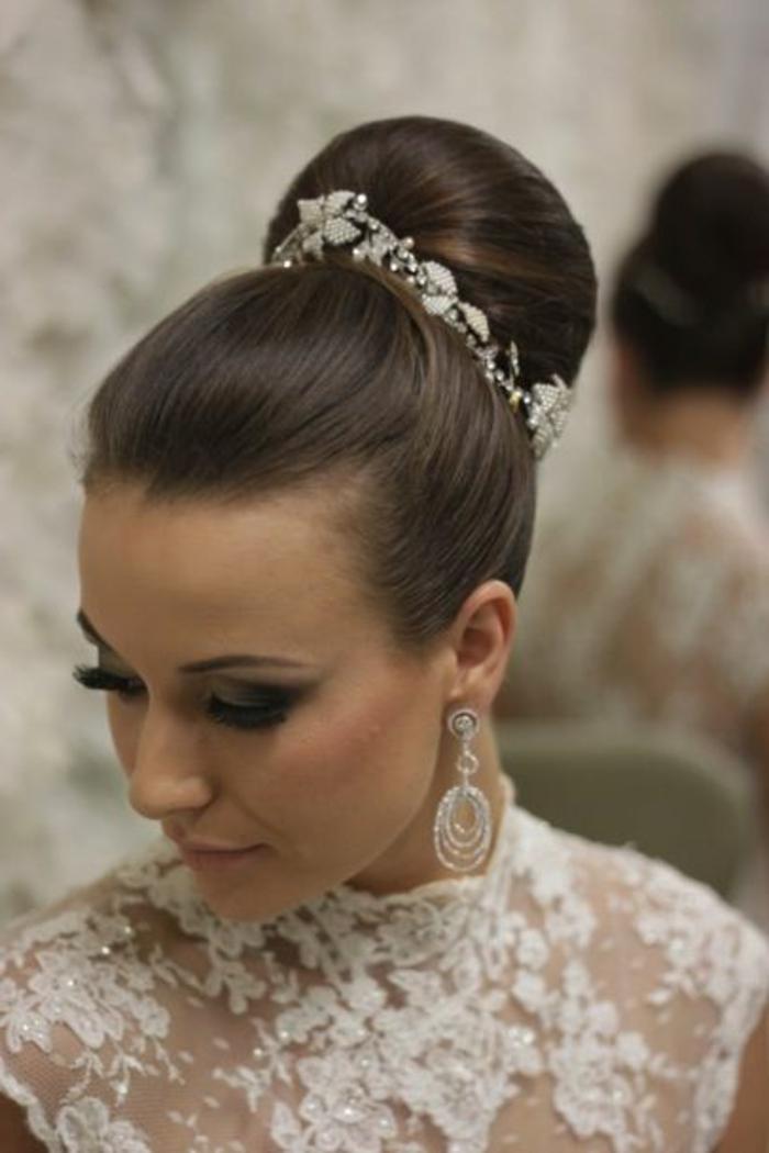 peinados-boda-bollo-pelo-castaño-accesorios-de-pelo-pendientes-bonitos