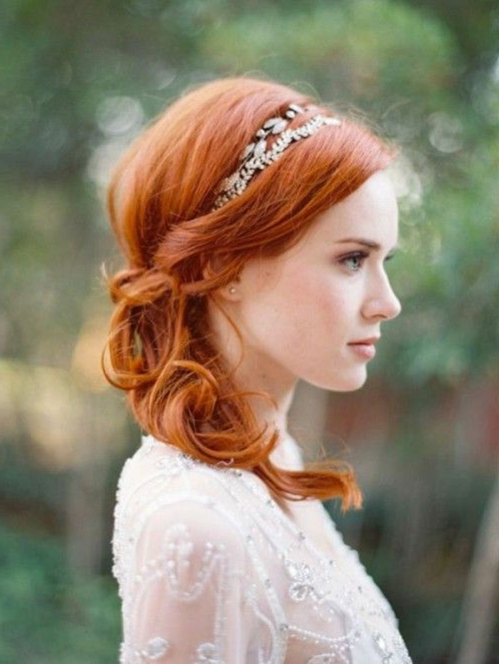 peinados-boda-mujer-bonita-pelo-al-lado-cabello-ondulado-tiara-vestido-bonito