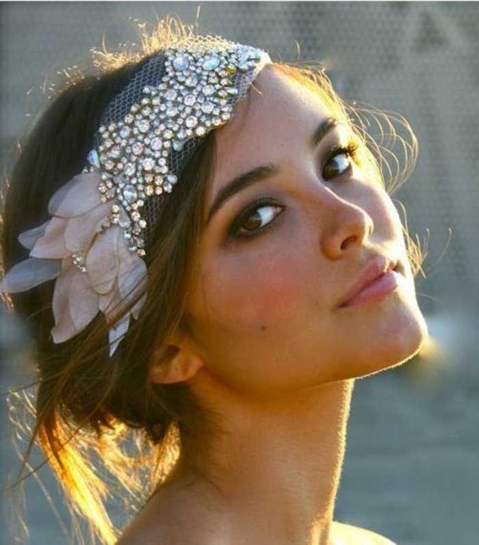 peinados-boda-mujer-con-pelo-corto-ojos-marrones-pelo-recogido-accesorio-de-pelo
