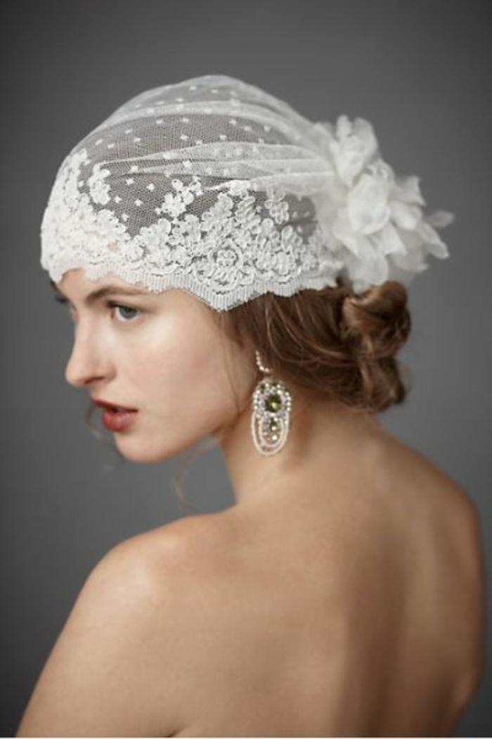 peinados-boda-mujer-peinado-interesante-estilo-retro-pendientes-originales-ojos-azules