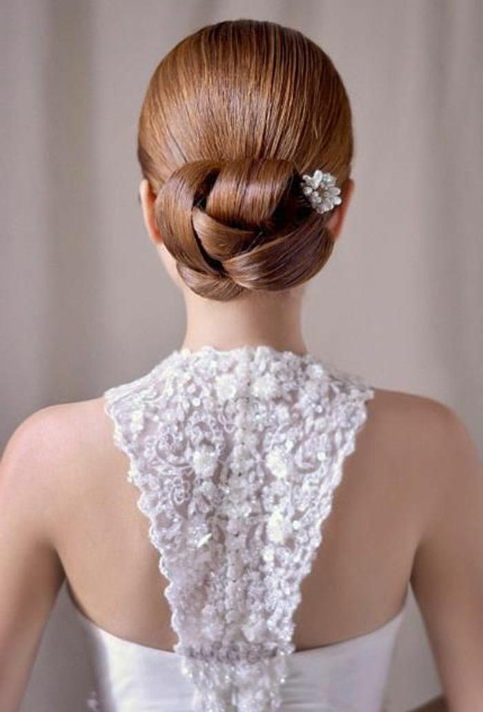 peinados-boda-muy-elegante-pelo-castaño--peinado-interesante-pequeña-flor-decoración