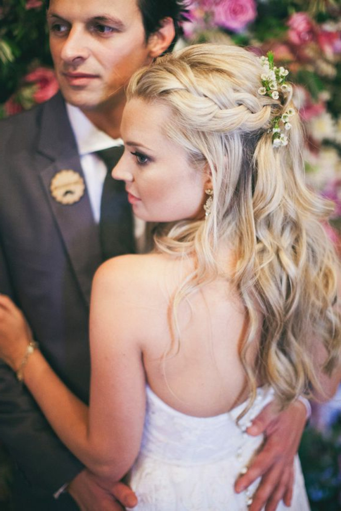 peinados-boda-novia-con-pelo-largo-rubio-rizado-trenza-al-lado-flores