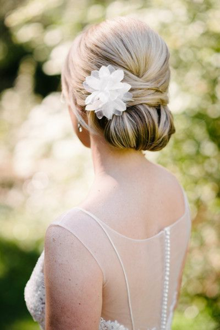 peinados-boda-novia-hermosa-pelo-largo-recogido-rubio-moño-elegante-flor-blanca