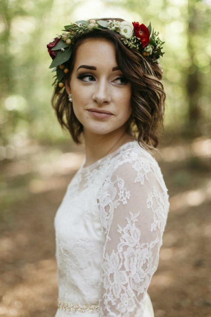 peinados-boda-pelo-corto-rizado-castaño-flores-en-la-cabeza-hermosa-novia