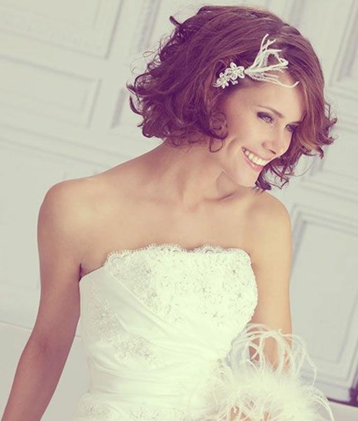peinados-boda-pelo-corto-rizado-castaño-hermosa-novia-accesorio-de-pelo