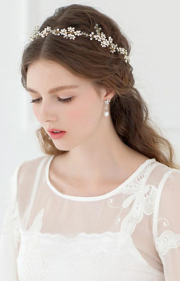 peinados-boda-pelo-largo-castaño-rizado-medio-recogido-accesorio-de-pelo-mujer-hermosa