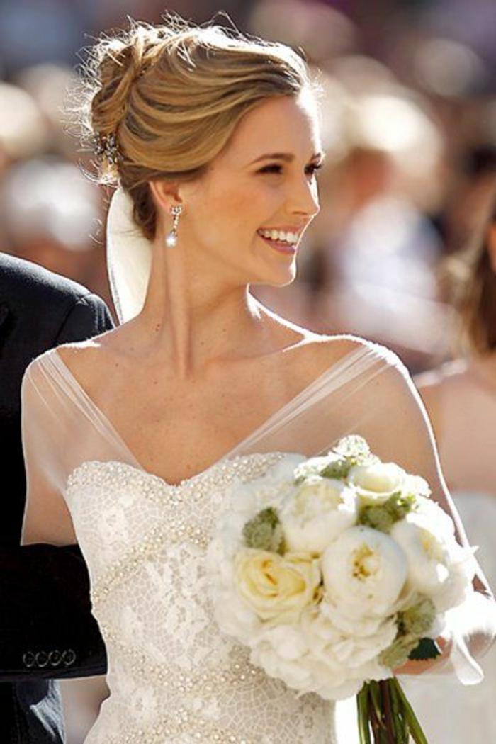 peinados-boda-pelo-largo-recogido-rubio-novia-hermosa-boda-estupenda-flores-blancos