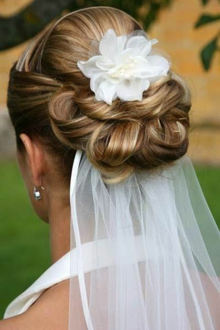peinados-boda-pelo-recogido-romántico-flor-de-accesorio-novia-espléndida