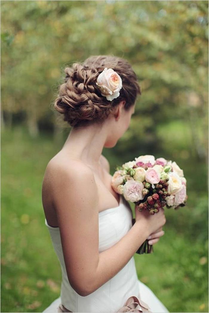 peinados-boda-pelo-recogido-romántico-pelo-castaño-rosa-blanca-en-el-pelo-novia-hermosa