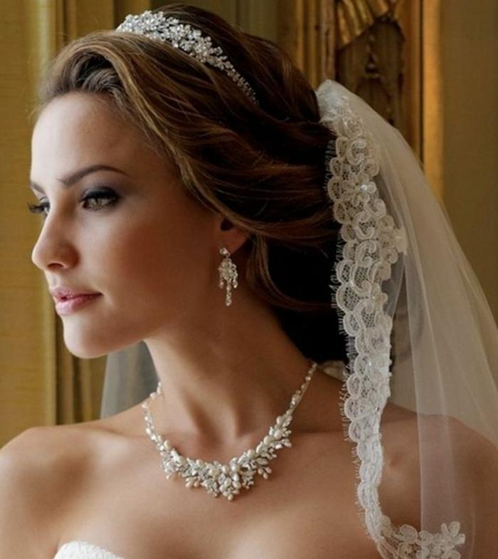 peinados-boda-pelo-recogido-tiara-novia-hermosa-maquillaje-bonito
