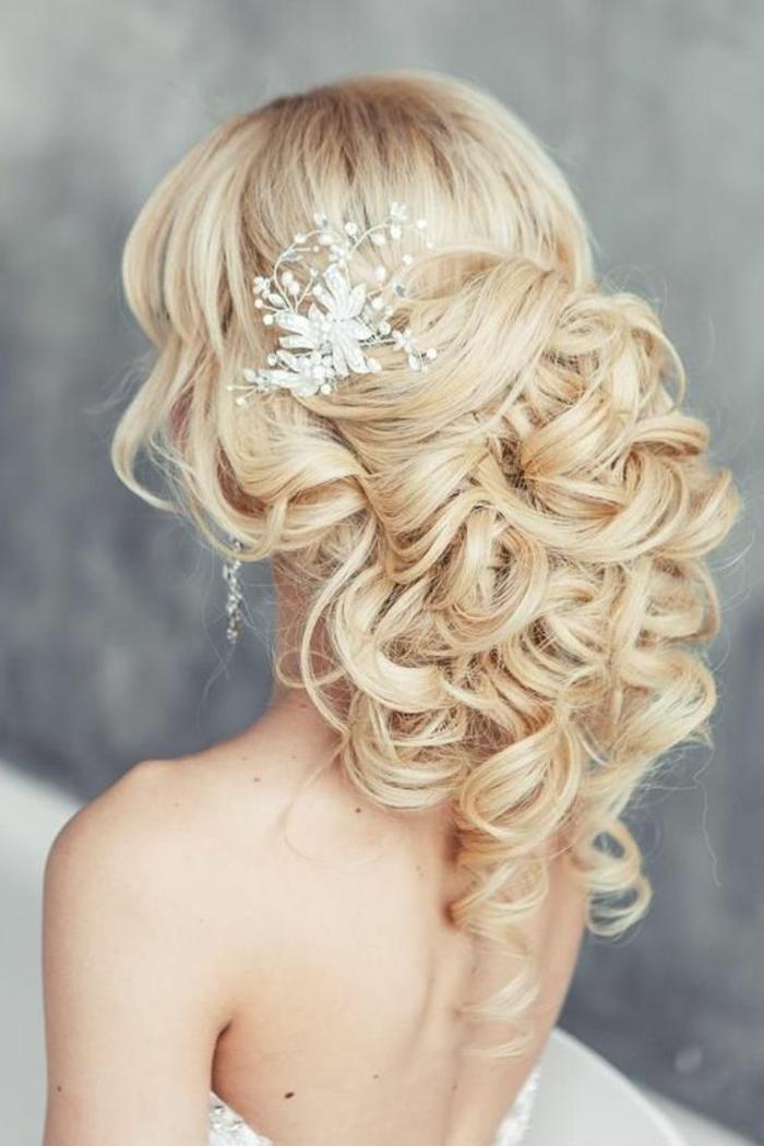 peinados-boda-pelo-rubio-largo-rizado-medio-recogido-accesorio-de-pelo-bonito