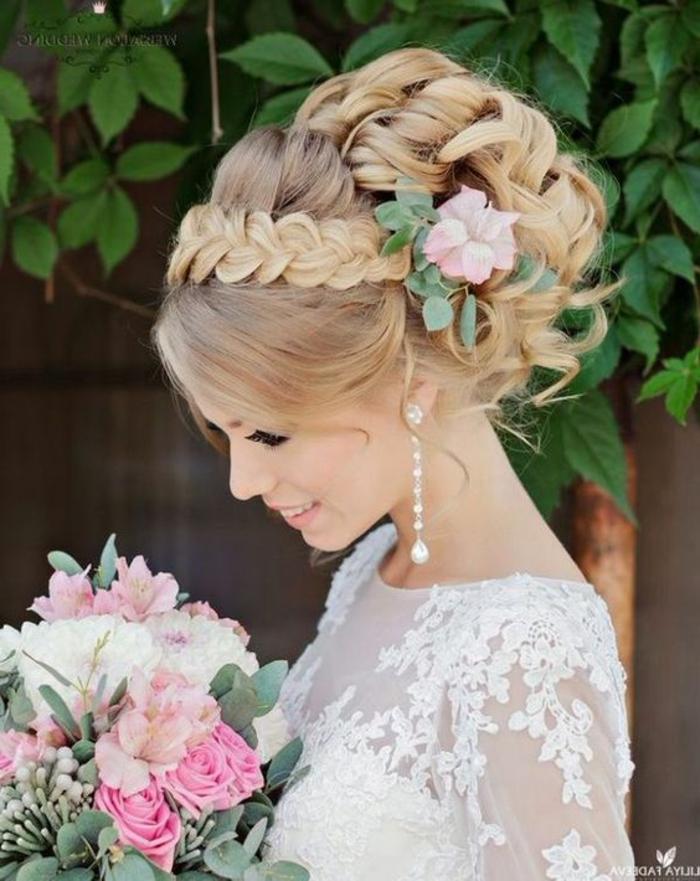 peinados-boda-pelo-rubio-recogidp-rizado-trenza-como-tiara-flores-pendientes-bonitos