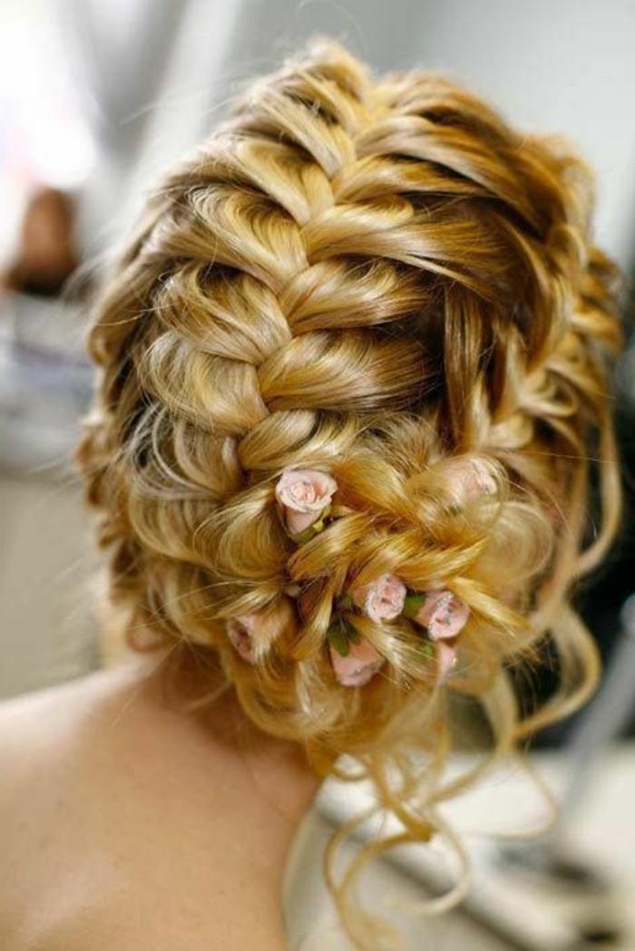 peinados-boda-pelo-rubio-tres-trenzas-pelo-recogido-flores-mechones-sueltos