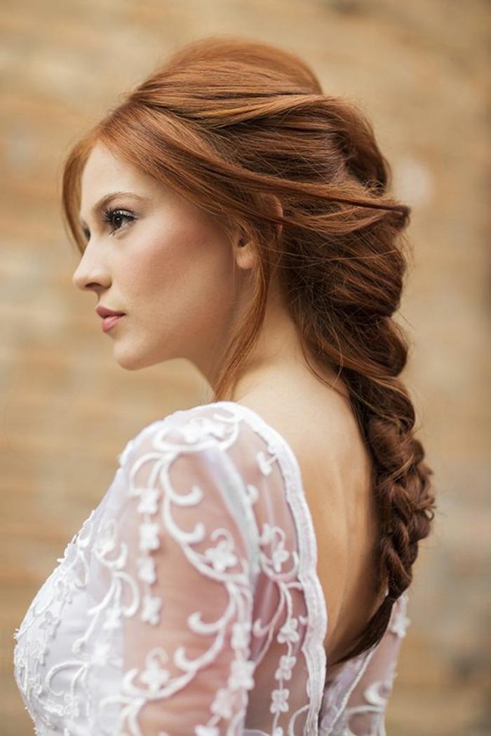 peinados-boda-pelo-trenza-larga-novia-hermoza-vestido-de-encaje-romántico