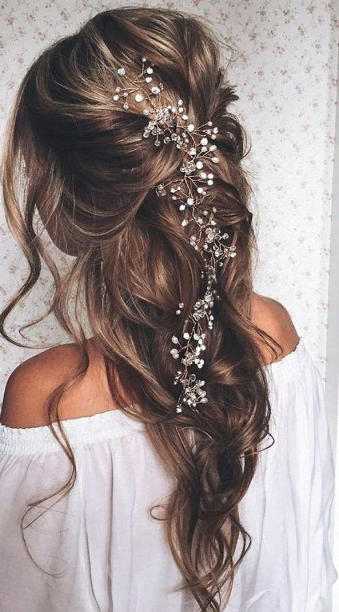 peinados-de-novia-pelo-largo-castaño-mechones-rubios-trenza-desordenada