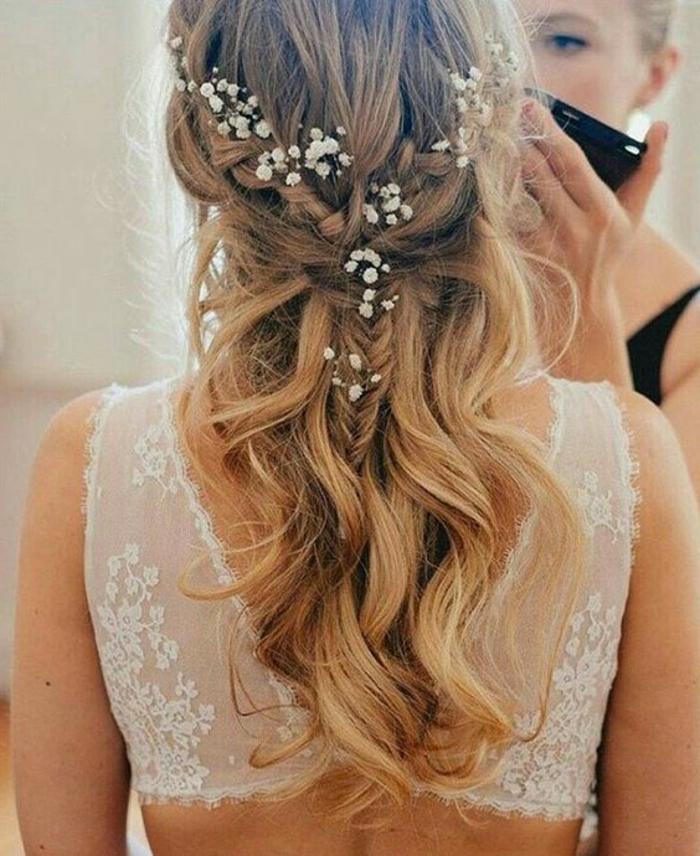 peinados-de-novia-pelo-largo-rizado-rubio-pequeña-trenza-flores-en-el-pelo