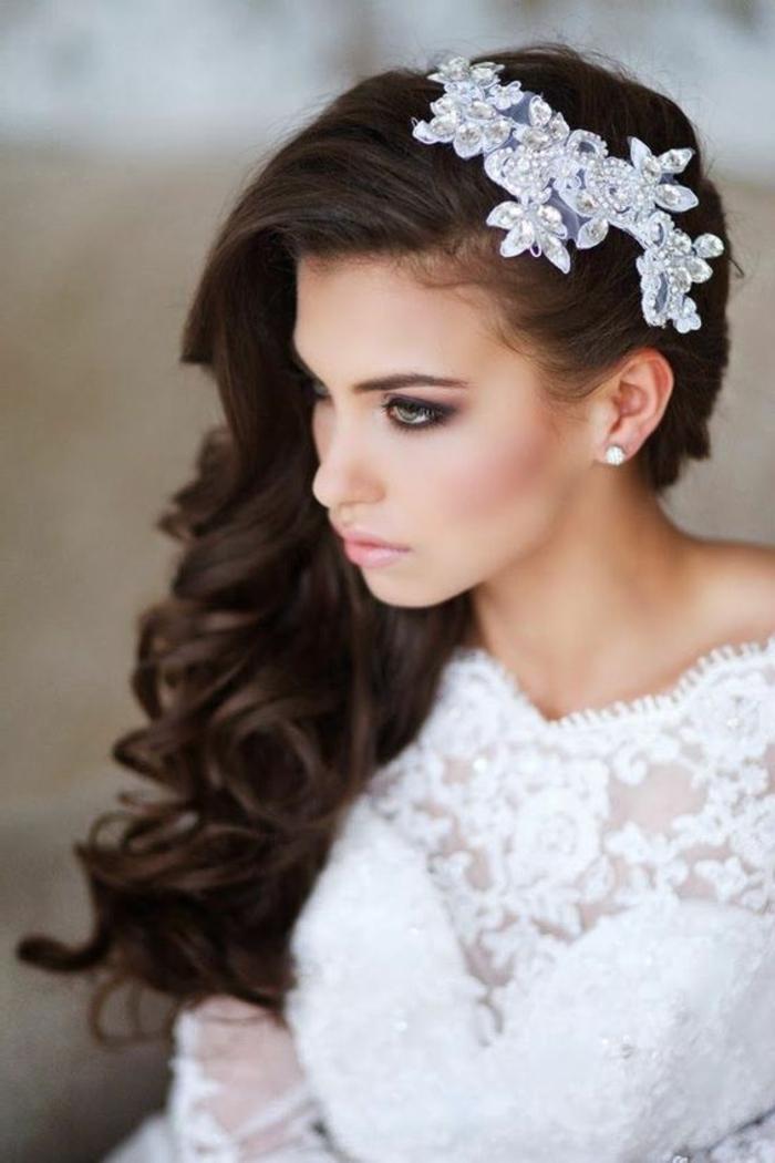 peinados-de-novia-pelo-largo-rizado-tiara-blanca-flores-mujer-pelocastaño