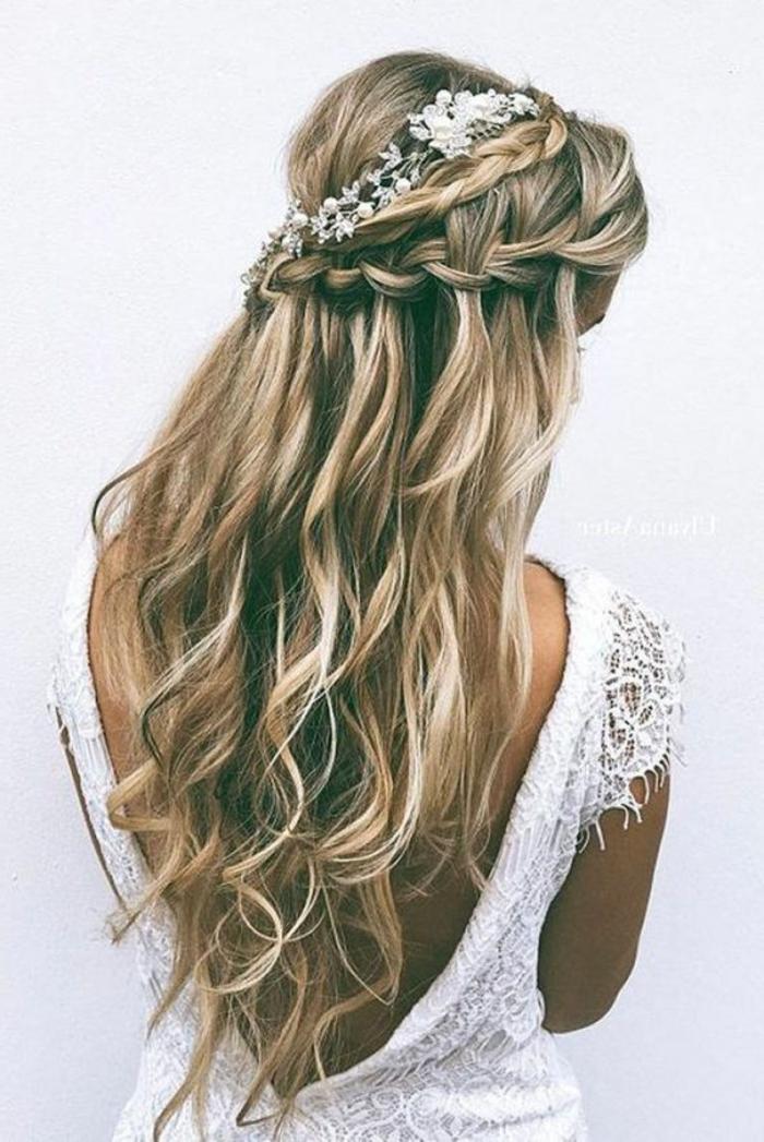 peinados-de-novia-pelo-largo-rubio-rizado-trenza-tiara-con-flores-blanca