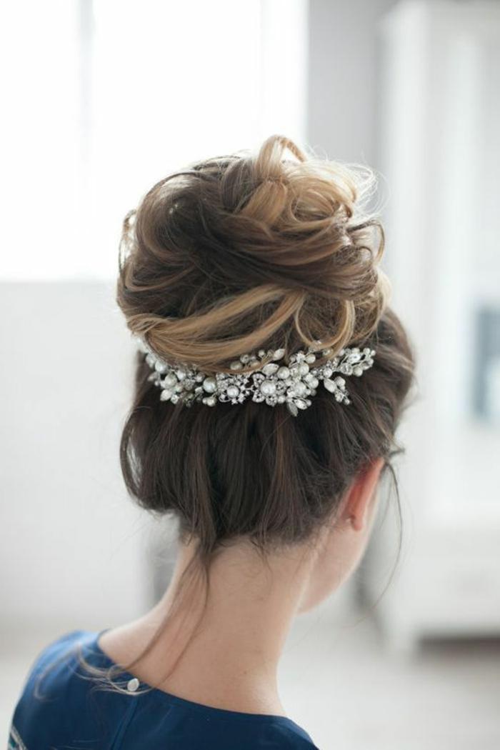 peinados-de-novia-pelo-recogido-castaño-largo-bollo-grande-accesorio-de-pelo-con-perlas