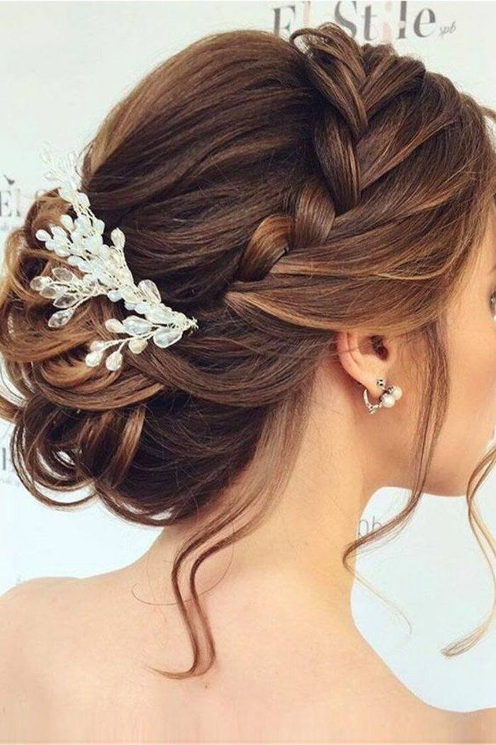 peinados-de-novia-pelo-recogido-trenza-que-parece-a-tiara-accesorio-de-pelo