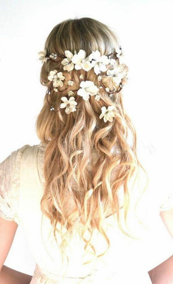 peinados-de-novia-pelo-suelto-rubio-rizado-desordenado-flores-blancas-romantico