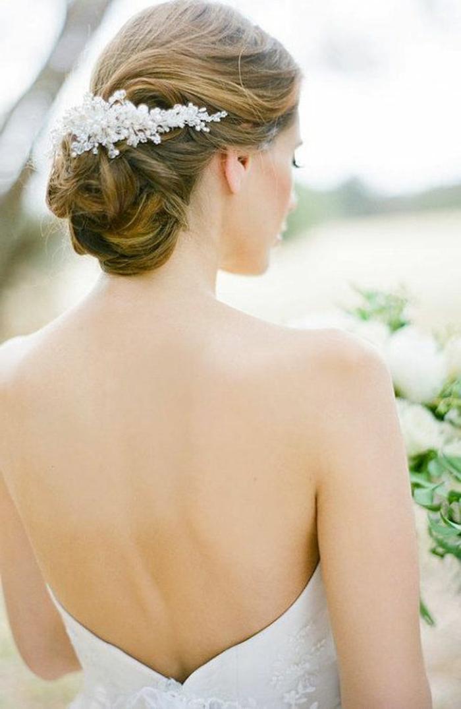 recogido-pelo-corto-mujer-rubia-moño-bajo-novia-espléndida-accesorio-de-pelo