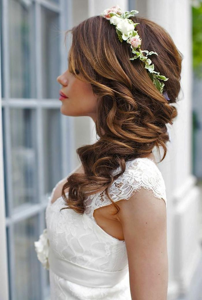 recogidos-bajos-mujer-con-pelo-largo-rizado-flores-mechones-tiara-de-flores