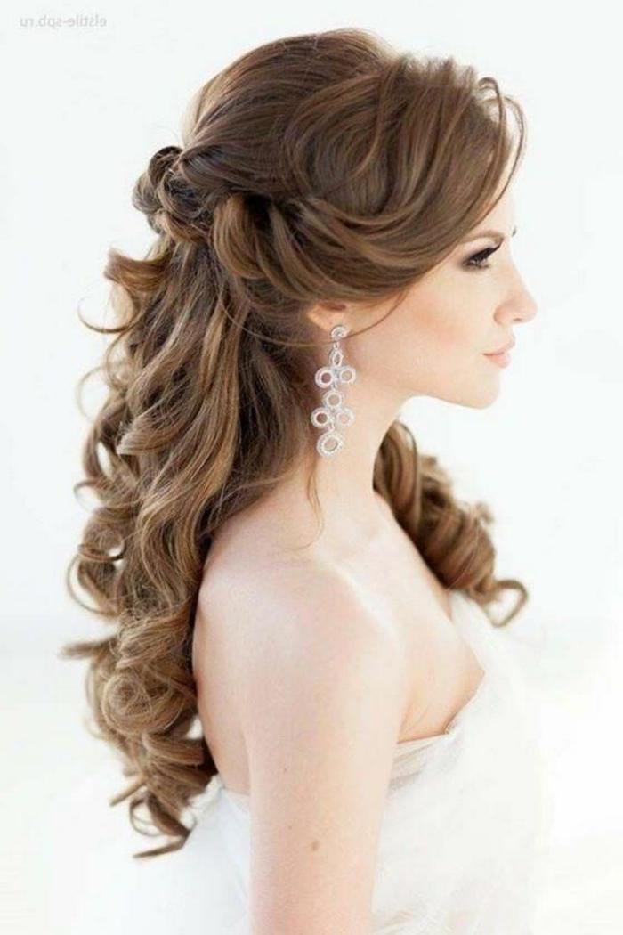 recogidos-bajos-novia-bonita-pendientes-interesantes-pelo-largo-rizado