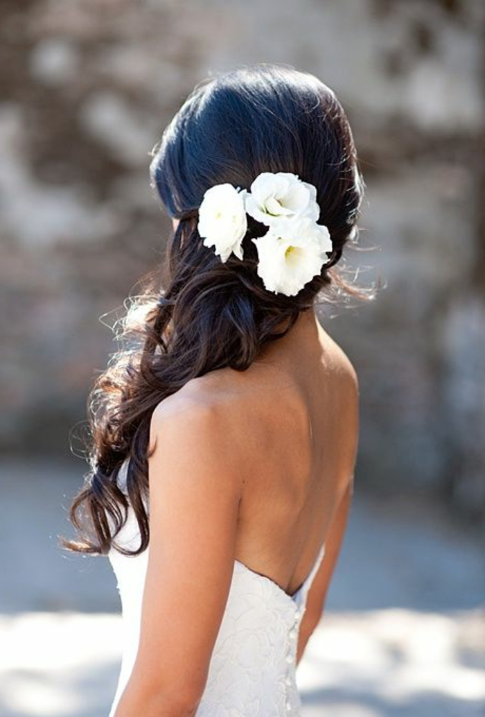 recogidos-bajos-pelo-largo-rizado-castaño-tres-flores-blancos-boda-pelo-medio-recogido